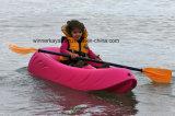 Nessun piccolo kajak gonfiabile per il capretto si siede sulla barca di rematura superiore