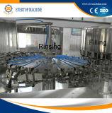 L'eau potable minérale pure de l'embouteillage de la machine de remplissage