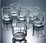 Copo do vidro de água bebendo do copo de chá