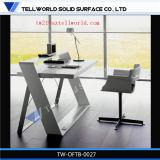 現代ドバイ様式のオフィス用家具の贅沢な管理の白い事務机は曲げられた優雅な商業管理の机をセットした