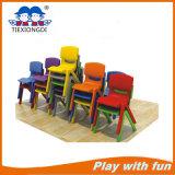 Tablas plásticas de los cabritos y sillas preescolares