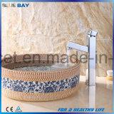 Sacar el solo grifo de cobre amarillo del lavabo del cuarto de baño del grifo de la palanca