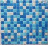 プールのタイルのための青いモザイク