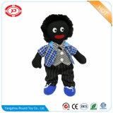 Junge strickte Material angefüllte Baumwollschwarzesgolliwog-Puppe