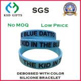 Debossed llenas de color azul cielo pulsera de silicona para promoción