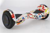 Scooter coloré d'équilibre d'individu avec le panneau brillant d'équilibre de roues