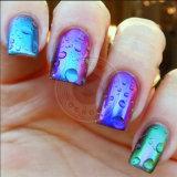 La mujer sumerge las uñas Unicorn espejo cromado en polvo de pigmento de sirena