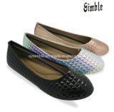 PUの上部の平らなかかとが付いている柔らかいバレリーナの靴と決め付けられる女性