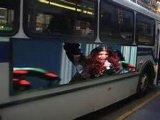 [لد] عرض إشارة لوح لأنّ حافلة