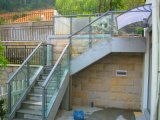 Escadaria do vidro Tempered da segurança com o corrimão do aço inoxidável