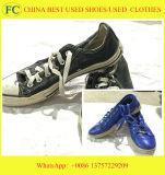 Sortierte Sommer verwendete Schuh-zweite Handschuhe und Beutel verwendete Schuhe