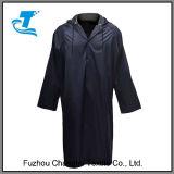 Les hommes imperméabilisent la longue jupe de pluie de chemise