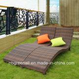 ComfirtableのラウンジのChaiseのソファーベッドの余暇のテラスの藤のホテルのプールの家具