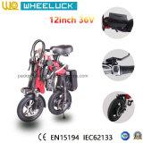電気自転車を折っているCity Convenice Adult Miniセリウムの女性