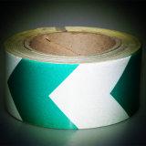 Weiße und grüne Gefahr, die reflektierendes diagonales Band warnt