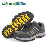 安全靴をハイキングするスポーツの反振動