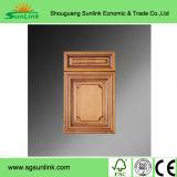 シンプルな設計を用いる食器棚のドア