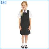 Черная юбка шлямбура способа для школьной формы девушки