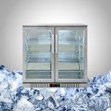 La parte anteriore di vetro del frigorifero di Undercounter dell'acciaio inossidabile con l'automobile disgela
