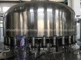 L'AP contrôlent les machines de remplissage de mise en bouteilles de l'eau pure minérale avec du ce