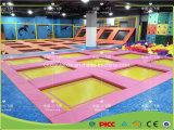 Trampolino esterno di ginnastica, sosta del trampolino di forma fisica per i bambini