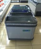 O automóvel da grande capacidade do supermercado degela o congelador do console da liga com a porta do vidro da curva