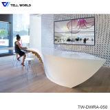 Comptoir de réception du spa en vinyle blanc ou en cuir haute brillance comptoir de réception au salon de coiffure de la réception d'un bureau du caissier