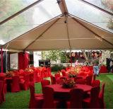 透過白いアラビアの屋外の結婚式のテントのパビリオン