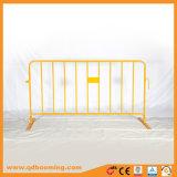 Tipo barricada anaranjada del control de muchedumbre de la capa en área el tener cuidado con