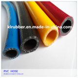 Jardim do PVC e mangueira da água com fibra