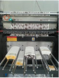Maquinaria que corta con tintas de la taza de papel
