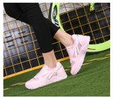 工場新式のテニスの女性のバドミントンは靴を遊ばす