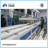 Tubulação de água plástica do PVC que faz a máquina