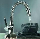 Traction verticale sur le robinet de cuisine à poignée unique
