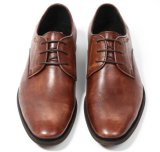 メンズブラウンをひもで締める服靴の人の形式的な靴を予約した