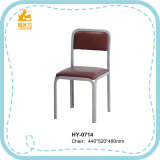 Estudiante del profesor de los muebles de escuela que cena la silla