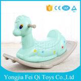 Le gosse de oscillation de cheval de cerfs communs de cour de jeu d'intérieur joue le jeu de gosses de jouet de bébé