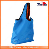 Las muchachas impermeabilizan los bolsos reciclados de los bolsos de totalizador para las compras