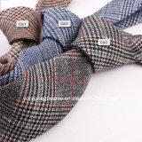人の偶然のウールのネクタイのため