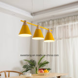 La moderna iluminación colgante con seis colores de luz interior