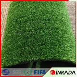 Hierba artificial del campo de fútbol con césped sintetizado verde
