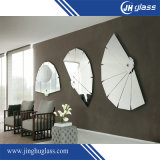 Espelho decorativo fixado na parede do período