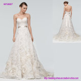 Équilibre admirablement la robe de mariage volumineuse avec les roses de tourbillonnement de Tulle