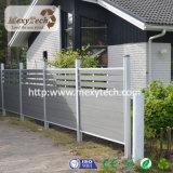 Moderner horizontaler WPC Gitter-Zaun im Mittler-Gitter
