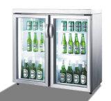 L'hôtel mini-bar de la bière d'un réfrigérateur verrouillable avec porte de verre