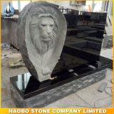 Monumento nero del granito con il Headstone intagliato leone