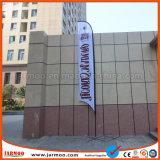 Реклама на дисплее под флагами с алюминиевыми полюс