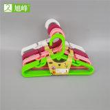 Colorida colgador de plástico mayorista de ropa