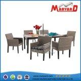 藤のダイニングテーブルおよび椅子