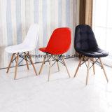Пластиковый стул с согнутыми ногами древесины